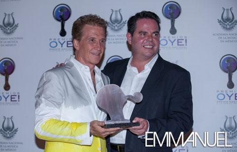 """premios oye2013 45480x308 - Emmanuel recibe """"Reconocimiento a la Labor Social"""""""